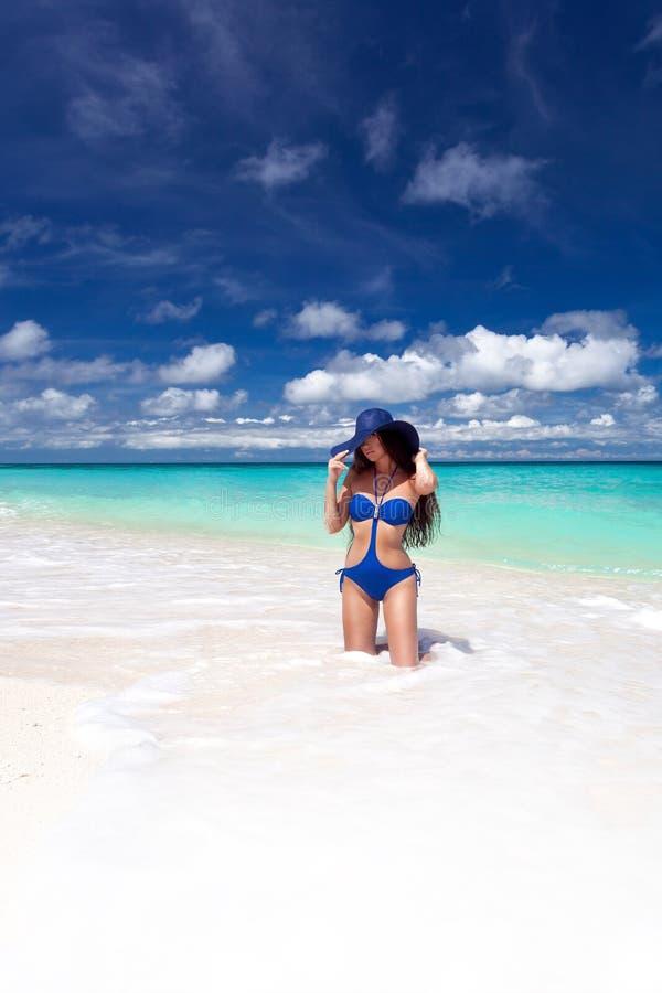 Het mooie tan vrouw stellen op tropisch strand royalty-vrije stock afbeelding