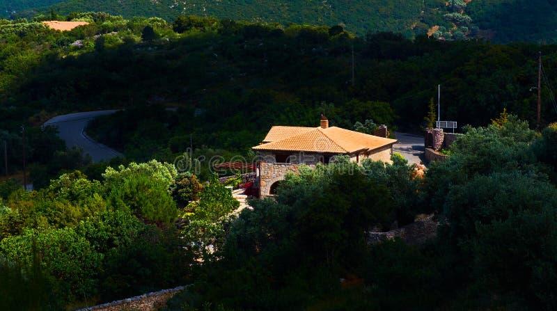 Het mooie terras van het het huisplattelandshuisje van de de zomer klassieke Griekse villa voor gasten en toeristen in verbazende royalty-vrije stock afbeelding