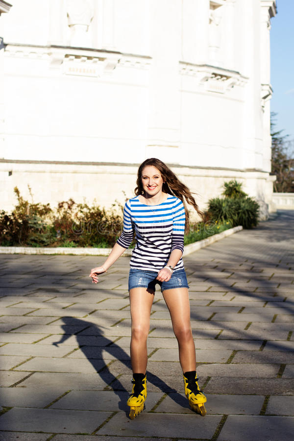 Download Het Mooie Tiener Rollerskating In Park Stock Foto - Afbeelding bestaande uit persoon, jeans: 39112448