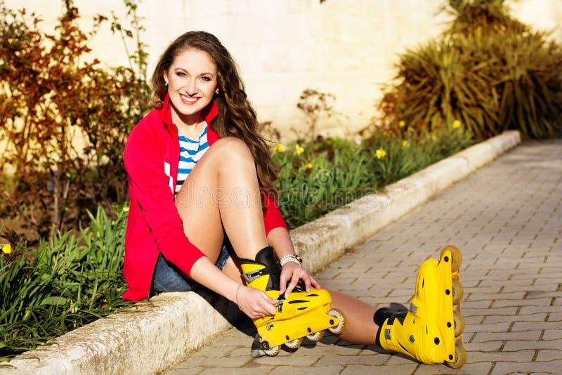 Download Het Mooie Tiener Rollerskating In Park Stock Afbeelding - Afbeelding bestaande uit volwassen, meisje: 39112597