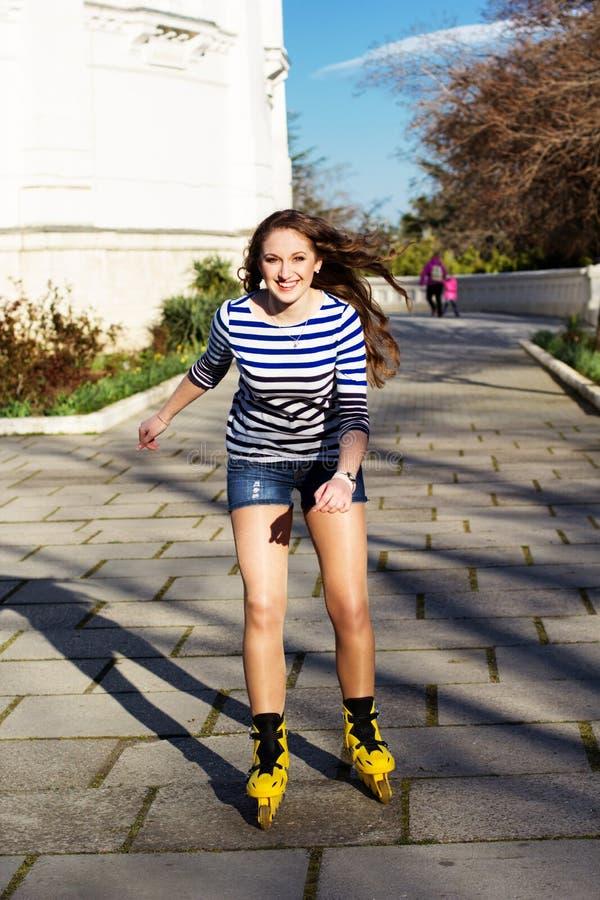 Download Het Mooie Tiener Rollerskating In Park Stock Afbeelding - Afbeelding bestaande uit bladen, activiteiten: 39112663