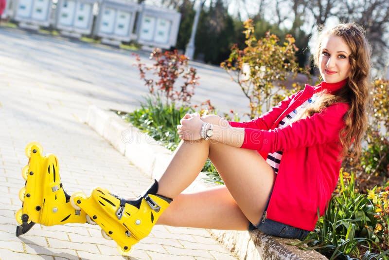Download Het Mooie Tiener Rollerskating In Park Stock Afbeelding - Afbeelding bestaande uit meisje, park: 39112667