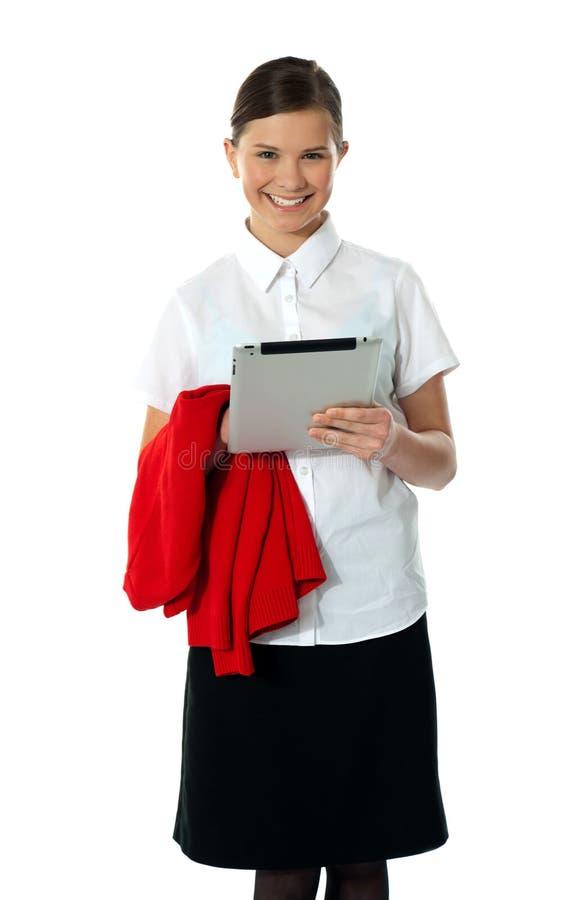 Het mooie tiener stellen met draadloze tabletPC stock fotografie