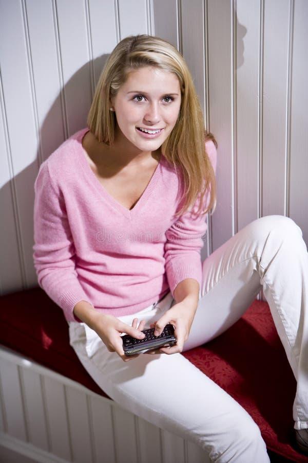 Het mooie tiener texting op mobiele telefoon royalty-vrije stock foto