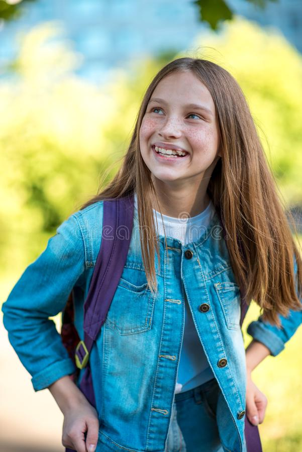 Het mooie tienermeisje gelukkige glimlachen die omhoog eruit zien Emoties van geluk en vreugde van het leven In de zomer in openl stock afbeelding