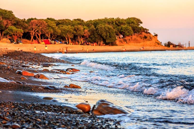 Het mooie toneellandschap van steenachtig strand bij rotsachtige de kustgolven van de Zwarte Zee bespat op kust De zomerzonsonder stock afbeeldingen