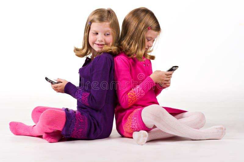 Het mooie tweelingoverseinen van de meisjestekst royalty-vrije stock foto's