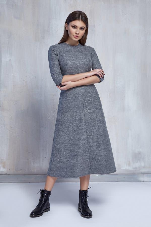 het mooie van de de slijtagewol van de maniervrouw van de de kledings toevallige tendens grijze van de de klereninzameling van he stock fotografie