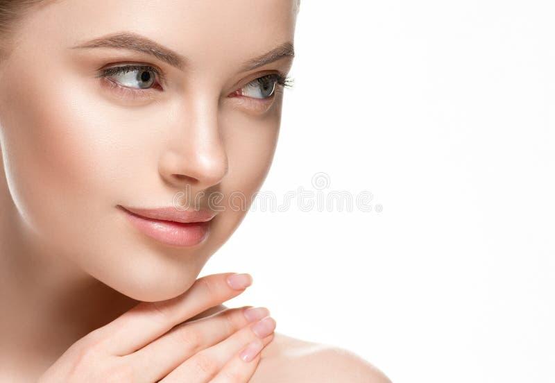 Het mooie van de de zorg gezonde haar en huid van de vrouwen vrouwelijke huid dichte omhooggaande portret van de gezichtsschoonhe stock afbeelding