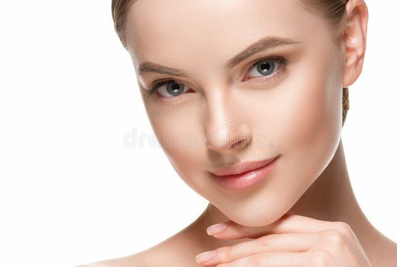 Het mooie van de de zorg gezonde haar en huid van de vrouwen vrouwelijke huid dichte omhooggaande portret van de gezichtsschoonhe royalty-vrije stock foto's