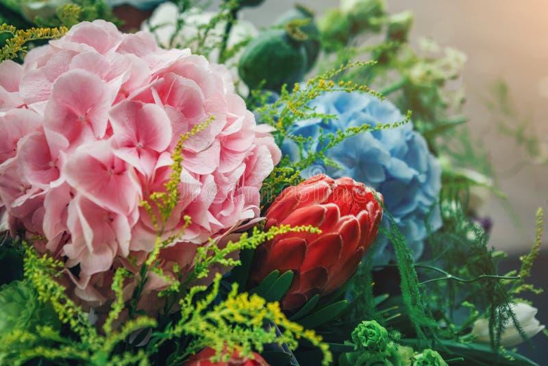 Het mooie verse boeket van kleurrijke hydrangea hortensia bloeit in openlucht royalty-vrije stock afbeelding