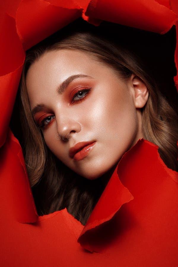 Het mooie verse meisje met perfecte huid, helder rood maakt omhoog Het Gezicht van de schoonheid stock foto's