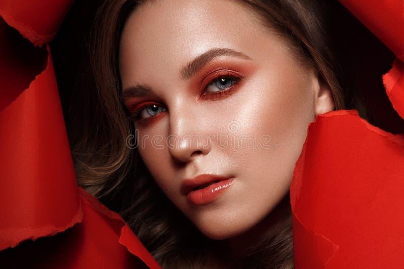 Het mooie verse meisje met perfecte huid, helder rood maakt omhoog Het Gezicht van de schoonheid stock foto