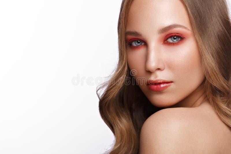 Het mooie verse meisje met perfecte huid, helder rood maakt omhoog Het Gezicht van de schoonheid royalty-vrije stock afbeelding