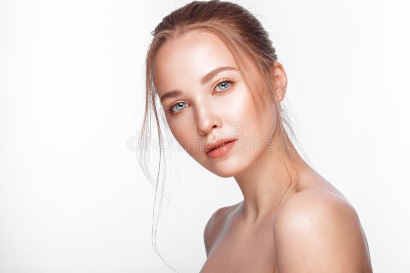 Het mooie verse meisje met perfecte natuurlijke huid, maakt omhoog Het Gezicht van de schoonheid stock fotografie