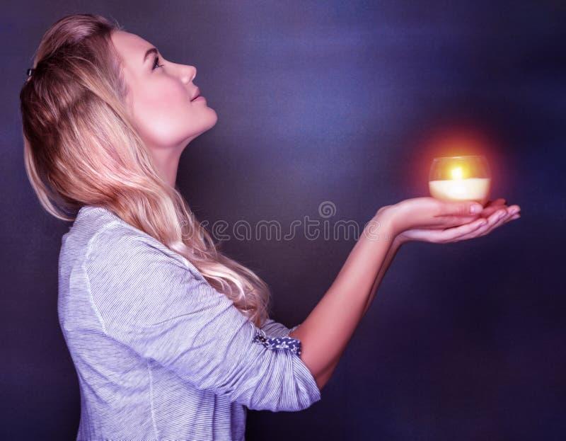 Het mooie vrouw bidden stock foto