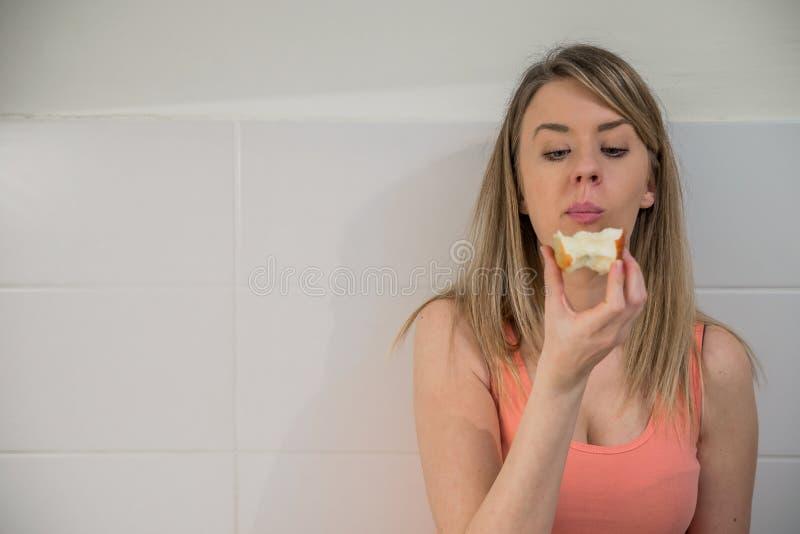 Het mooie vrouw gezond eten en het glimlachen Vrouw het jonge charmeren royalty-vrije stock afbeelding