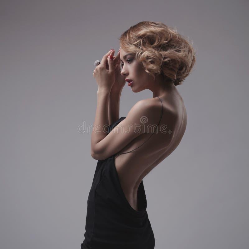 Het mooie vrouw model stellen in elegante kleding stock afbeeldingen