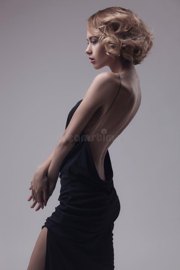 Het mooie vrouw model stellen in elegante kleding royalty-vrije stock afbeeldingen