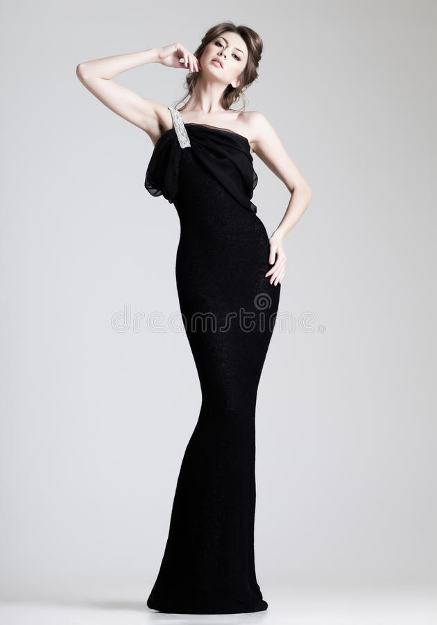 Het mooie vrouw model stellen in elegante kleding in de studio royalty-vrije stock foto