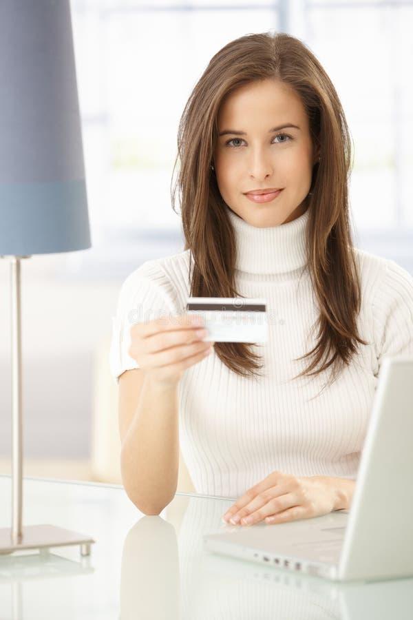 Het mooie vrouw online winkelen stock afbeelding
