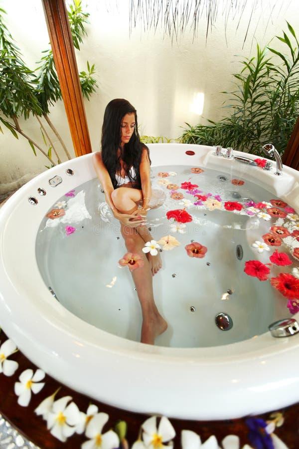 Het mooie vrouw ontspannen in Jacuzzi royalty-vrije stock fotografie