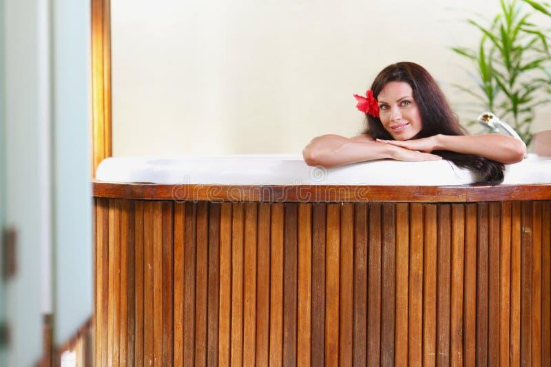 Het mooie vrouw ontspannen in Jacuzzi stock foto