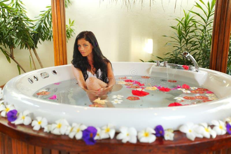 Het mooie vrouw ontspannen in Jacuzzi royalty-vrije stock foto's