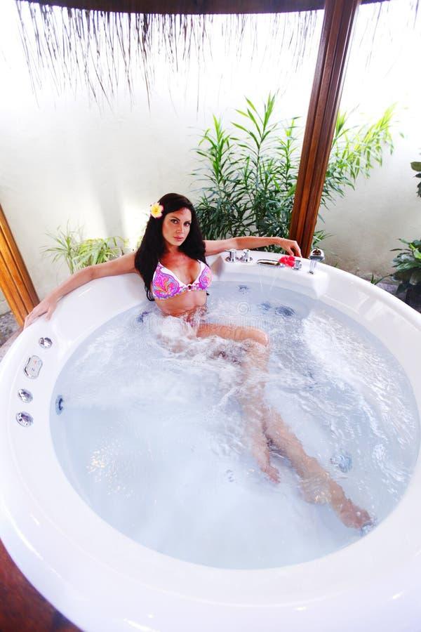 Het mooie vrouw ontspannen in Jacuzzi royalty-vrije stock afbeeldingen
