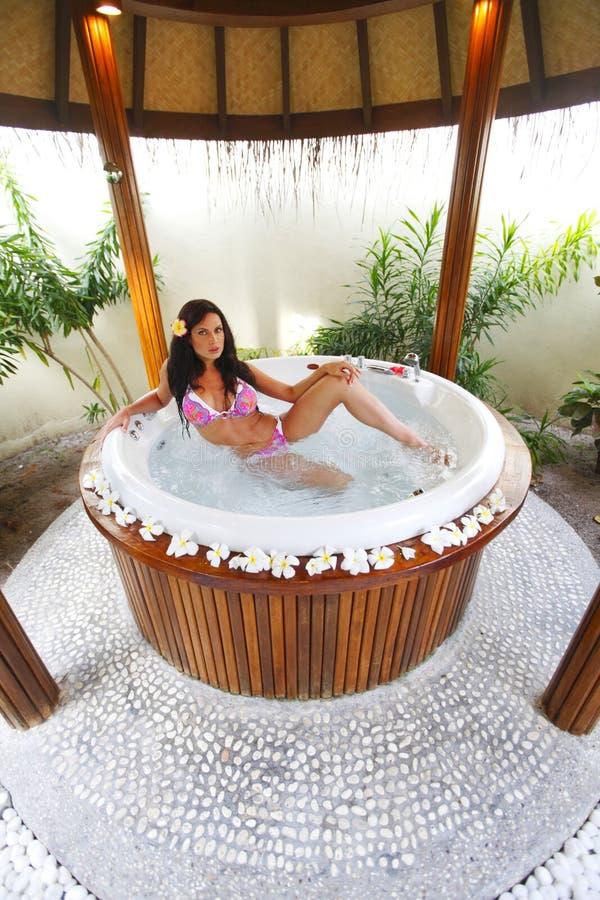 Het mooie vrouw ontspannen in Jacuzzi stock fotografie