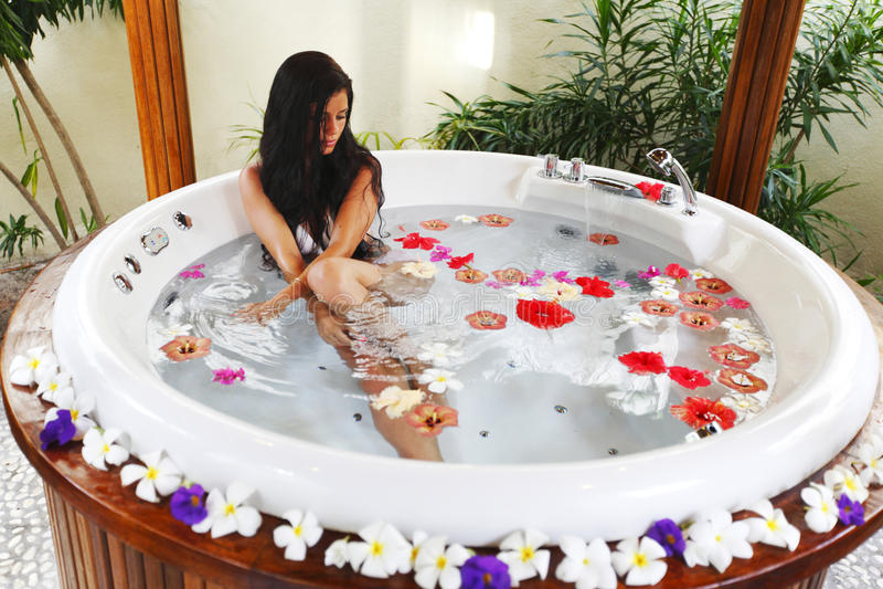Het mooie vrouw ontspannen in Jacuzzi stock foto's