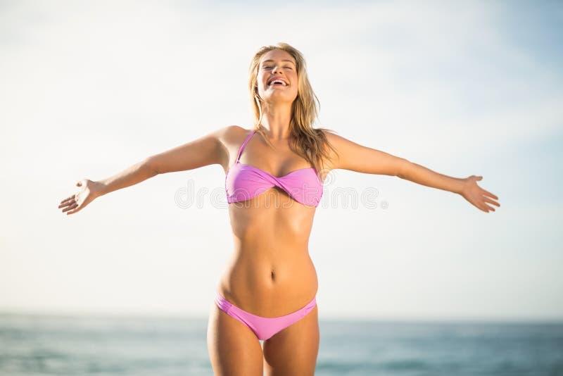Het mooie vrouw ontspannen op het strand royalty-vrije stock afbeelding