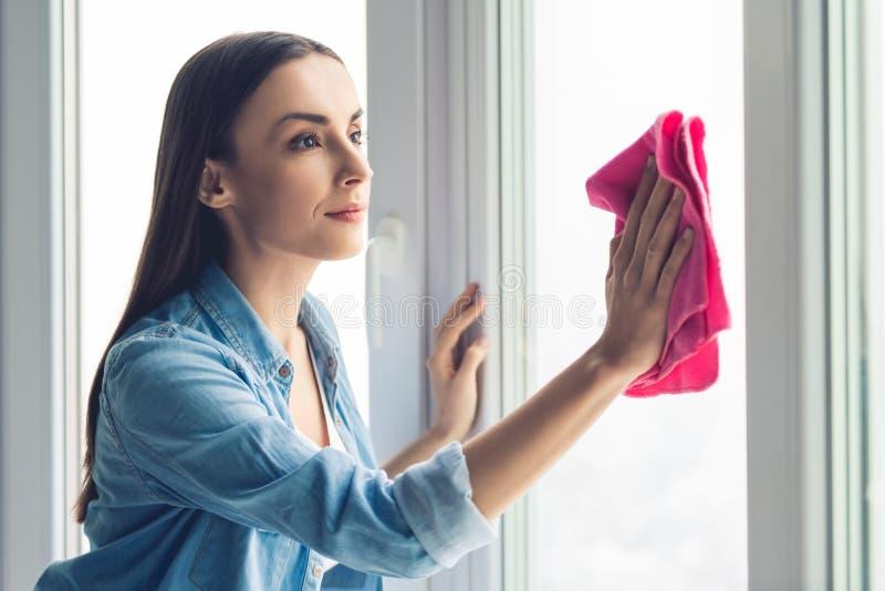 Het mooie vrouw schoonmaken stock foto's