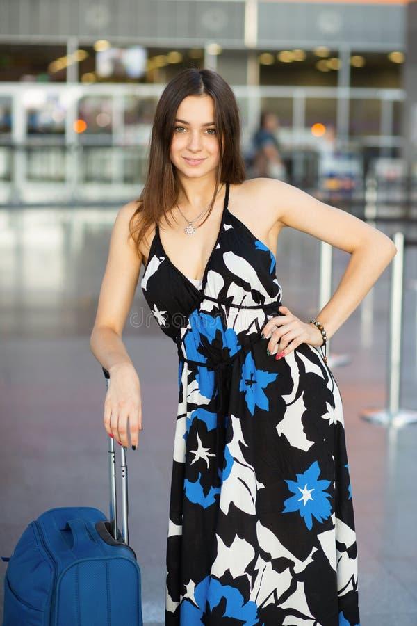 Het mooie vrouw stellen in de luchthaven stock afbeeldingen