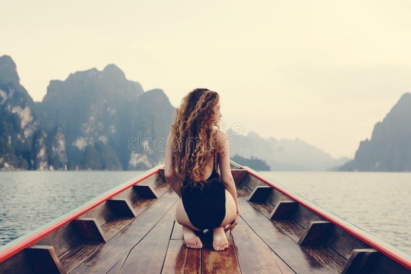 Het mooie vrouw stellen op een boot royalty-vrije stock fotografie