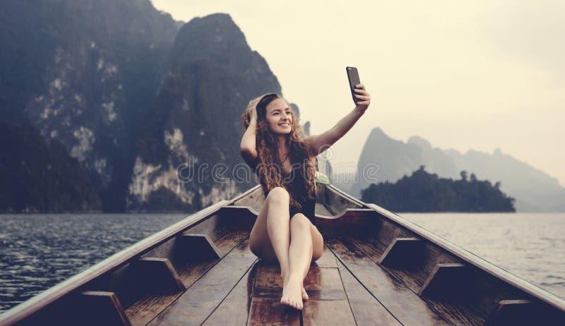 Het mooie vrouw stellen op een boot royalty-vrije stock afbeeldingen