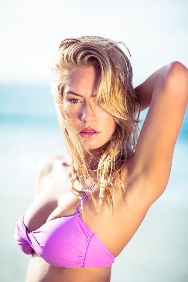 Het mooie vrouw stellen op het strand stock foto's