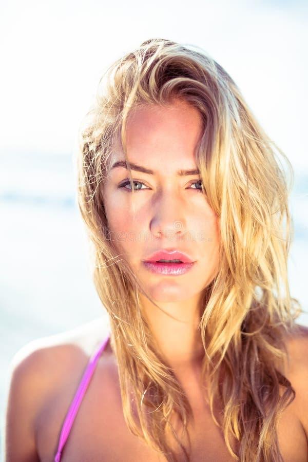 Het mooie vrouw stellen op het strand stock fotografie