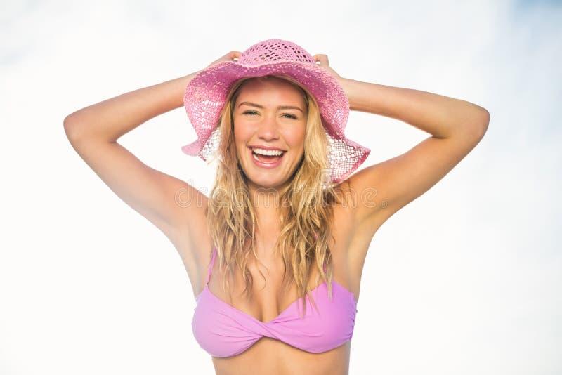 Het mooie vrouw stellen op het strand royalty-vrije stock foto's