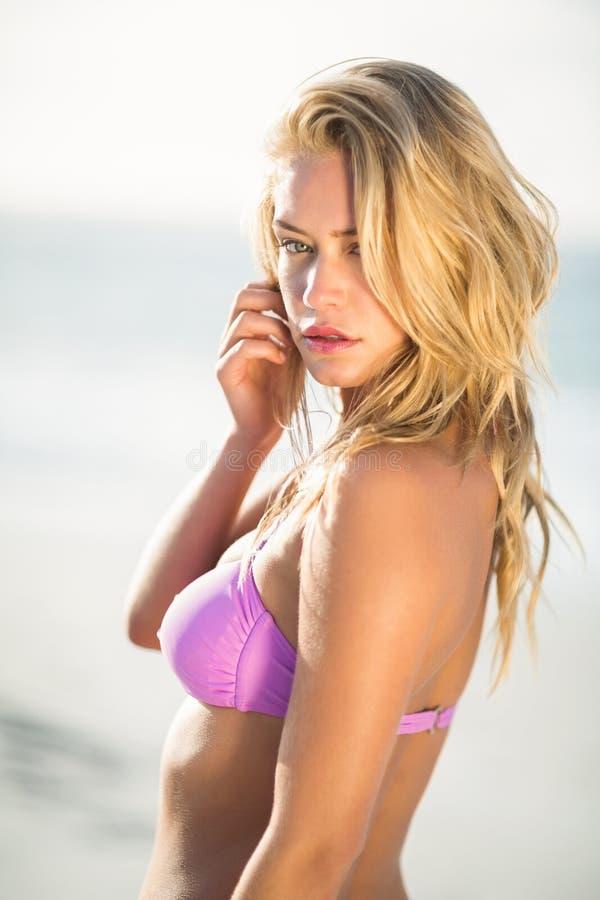 Het mooie vrouw stellen op het strand royalty-vrije stock afbeeldingen