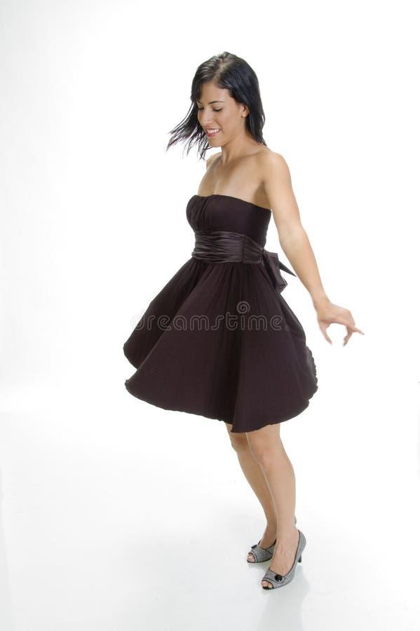 Het mooie vrouw stellen in zwarte royalty-vrije stock afbeelding