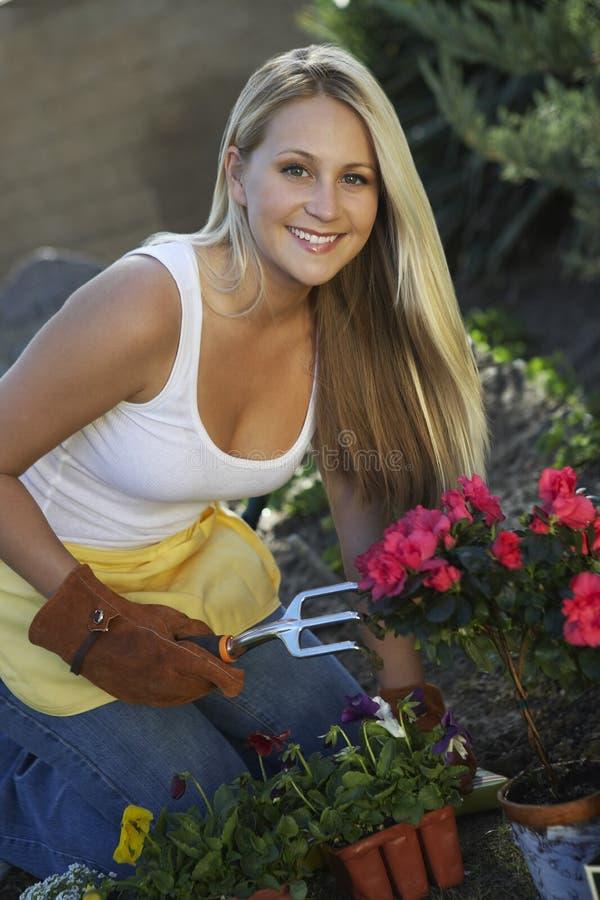 Het mooie Vrouw Tuinieren stock afbeelding
