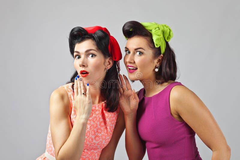 Het mooie vrouwen spreken stock foto's