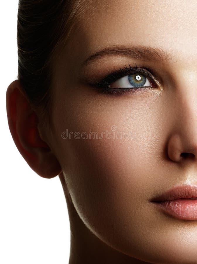 Het mooie vrouwengezicht met helder maakt omhoog oog met sexy voering royalty-vrije stock afbeelding