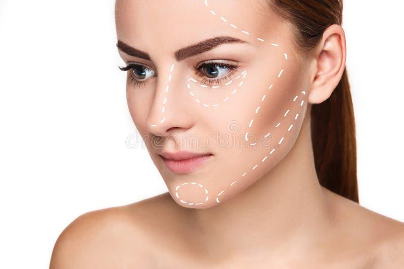 Het mooie vrouwengezicht met pijlen sluit omhoog over witte achtergrond royalty-vrije stock afbeelding