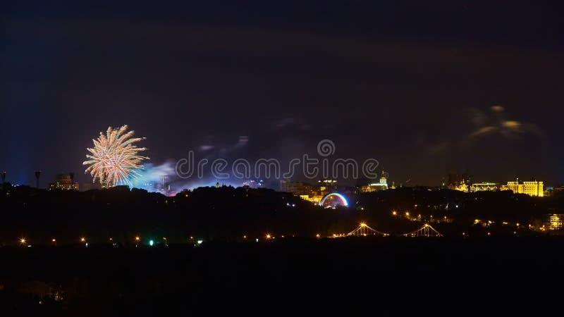 Het mooie vuurwerk over stad bij nacht stock foto's