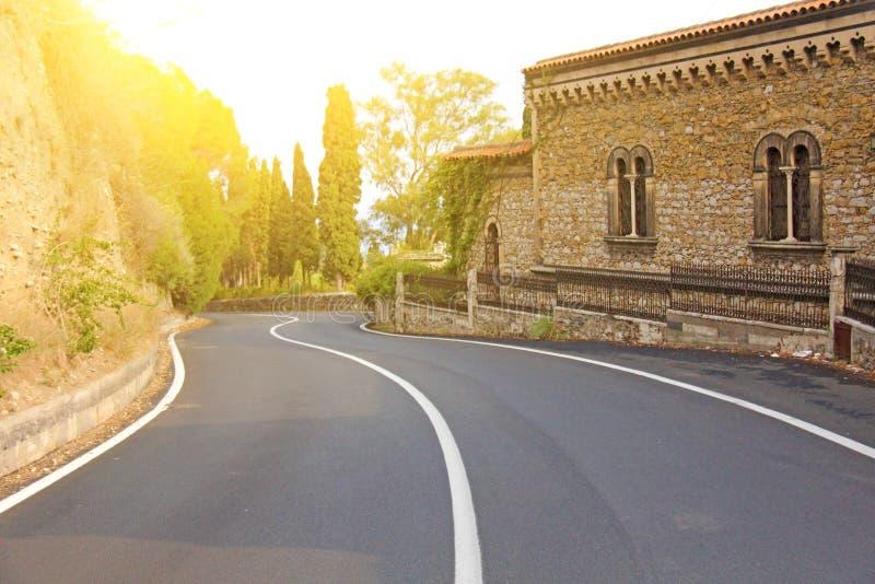 Het mooie Winden en Schilderachtige Groene Weg in de Stad van Taormina Het Eiland Sicilië, Italië stock afbeeldingen