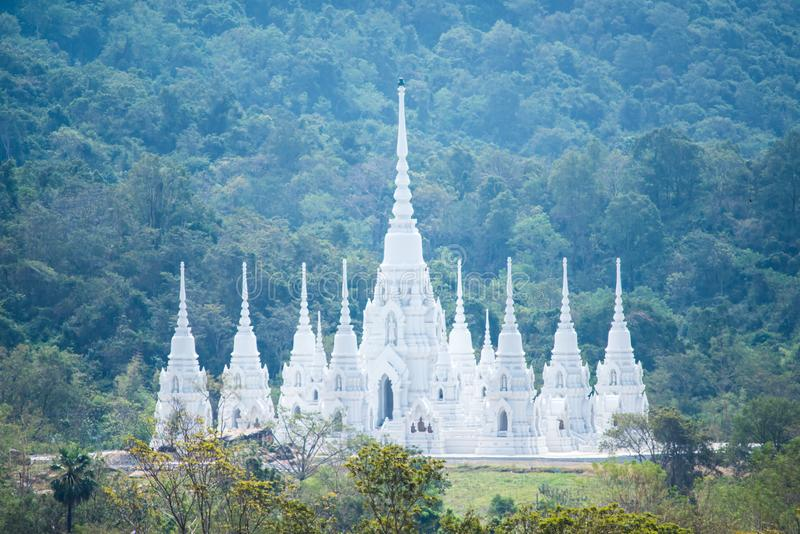 Het mooie witte Boeddhisme van de kerktempel in de vallei stock afbeelding