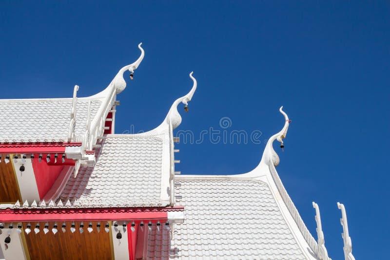 Het mooie witte dak van de paviljoen boeddhistische Thaise tempel Thais wit r stock afbeelding