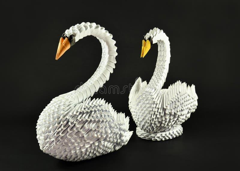 Het mooie witte paar van de zwanenorigami, gemaakt document royalty-vrije stock afbeeldingen